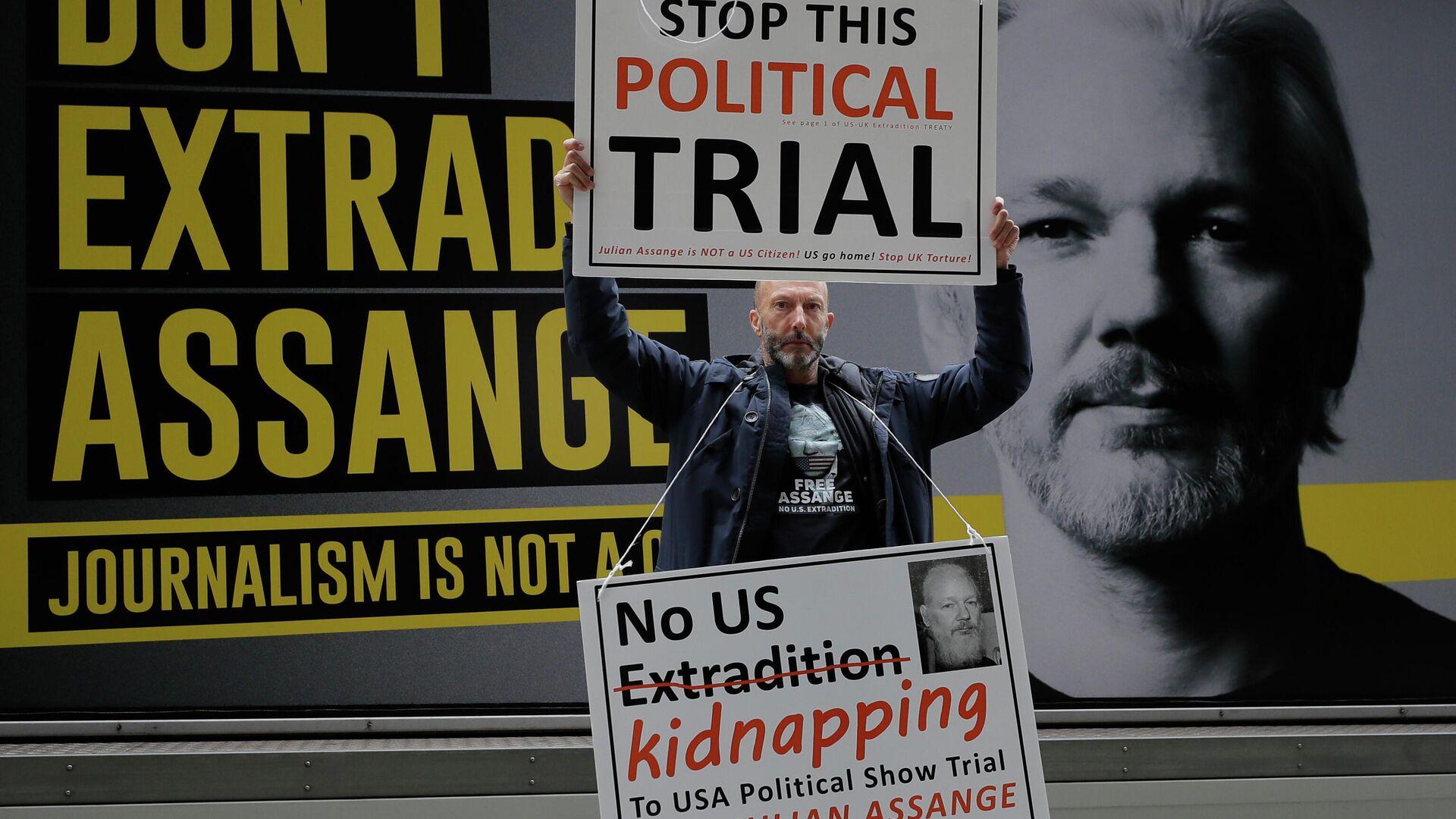 Ein Demonstrant in London protestiert gegen das Auslieferungsverfahren um Julian Assange  - SNA, 1920, 08.12.2020
