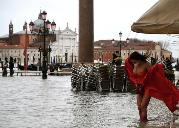 Venedig wurde wieder von einer Überschwemmung getroffen. In der Altstadt kann wieder geschwommen werden. Foto: ein Model auf dem überfluteten Markusplatz in Venedig. - SNA
