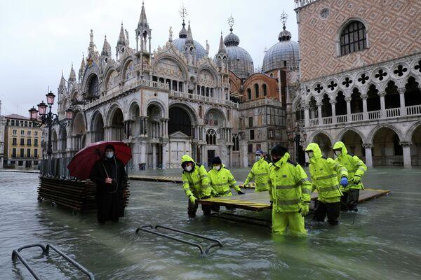 Der Wasserspiegel ist um 1,37 Meter gestiegen – für Venedig ist das zwar kein Rekord, aber genug, um die Altstadt zu überfluten, insbesondere den Markusplatz und den Markusdom. Viele alte Gebäude schweben in Gefahr. - SNA