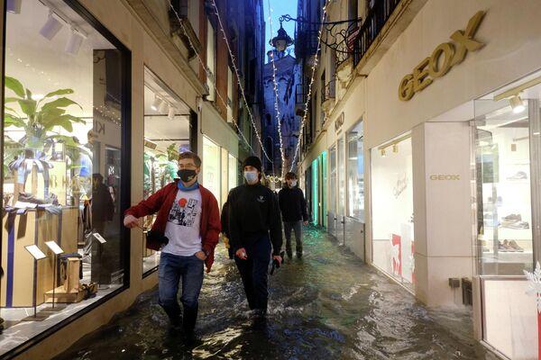 Das Hochwasserschutzsystem in Venedig wurde im Sommer dieses Jahres eingerichtet. Es besteht aus 78 mobilen Schleusen, die das Wasser blockieren sollen. Doch dieses Projekt war schon knapp 40 Jahre alt, und viele Experten halten das System für veraltet.  - SNA