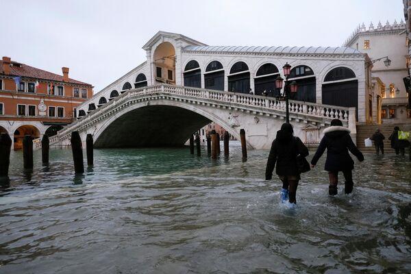 Doch diesmal entpuppte sich die Wettervorhersage als falsch: Der Wasserspiegel stieg viel höher als erwartet, und es war schon zu spät, die Schleusen zu schließen. Foto: Menschen vor der Rialtobrücke in Venedig. - SNA