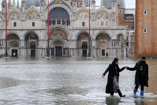 Bei der vorigen Überschwemmung wurde der Stadt ein Schaden von etwa eine Milliarde Euro zugefügt. Es wurden mehrere historische Gebäude überflutet und einmalige Kunstwerke beschädigt. - SNA