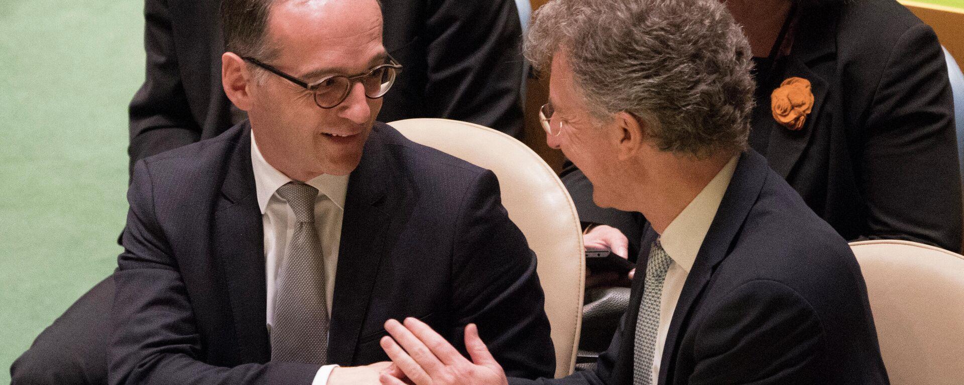 Heiko Maas, Bundesminister für auswärtige Angelegenheiten Deutschlands, und Christoph Heusgen, deutscher UN-Botschafter, geben sich nach der Abstimmung während einer Generalversammlung die Hand, auf der die fünf nicht ständigen Mitglieder des Sicherheitsrates am 8. Juni gewählt werden. - SNA, 1920, 17.12.2020
