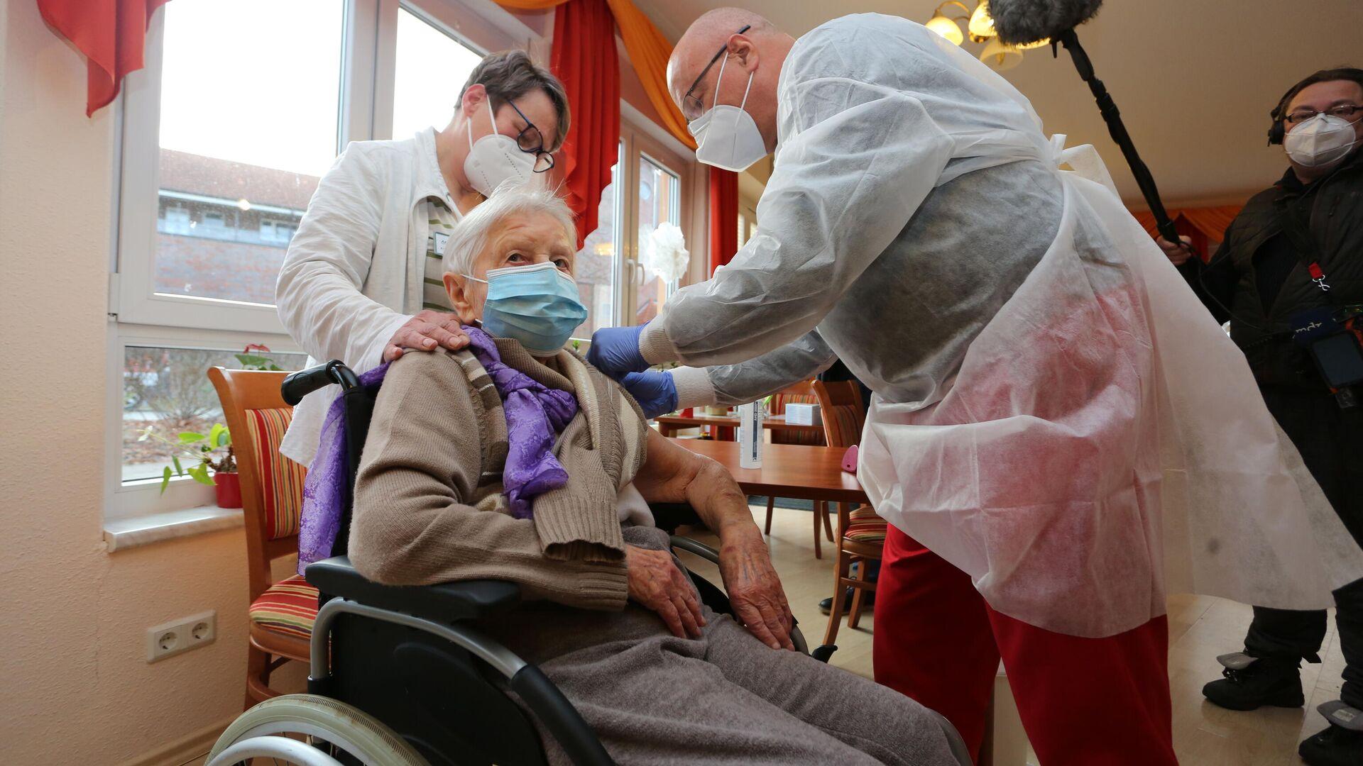 101 Jahre alte Edith Kwoizalla als Erste in Deutschland geimpft - SNA, 1920, 26.12.2020