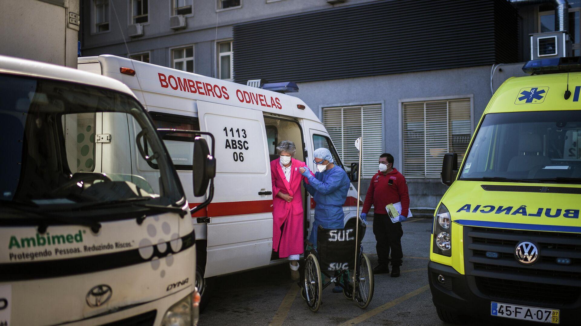 Krankenwagen vor einem Krankenhaus in Portugal - SNA, 1920, 04.01.2021