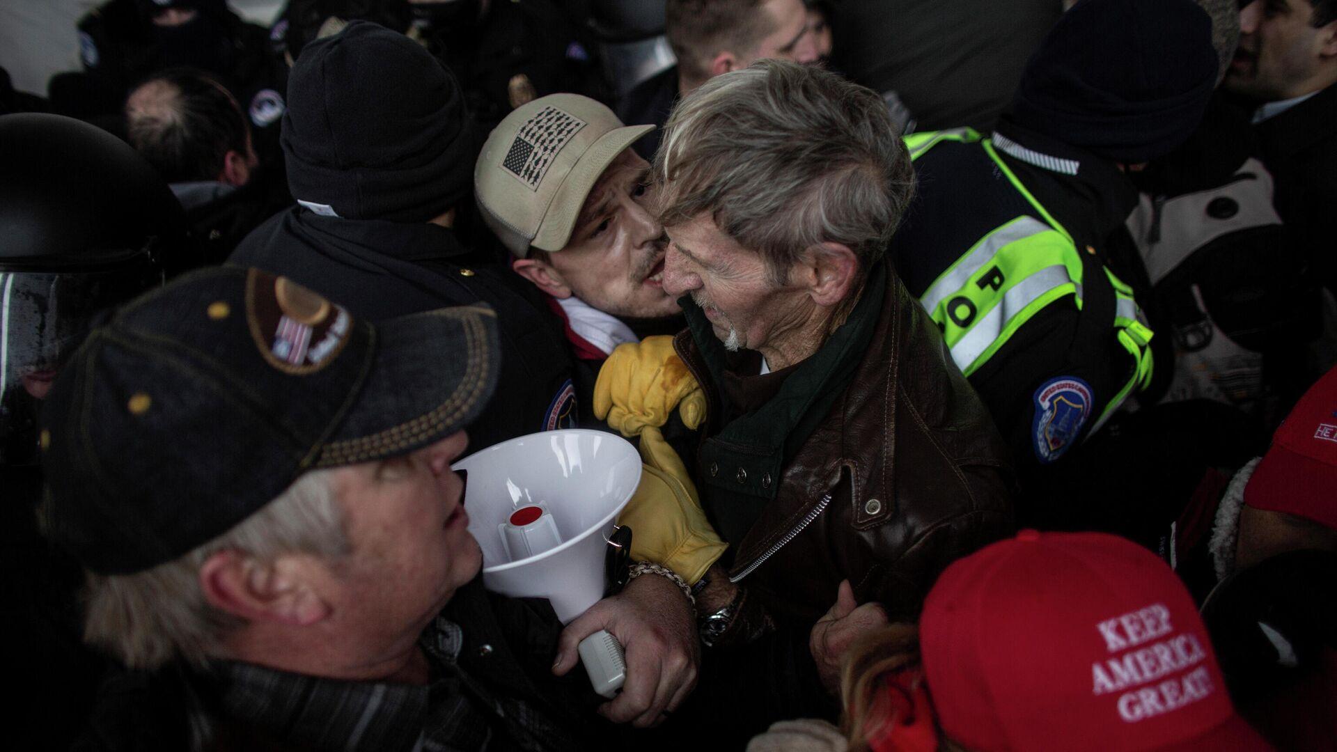 Anhänger des scheidenden US-Präsidenten Donald Trump beim Kapitol-Sturm am 6. Januar - SNA, 1920, 07.01.2021