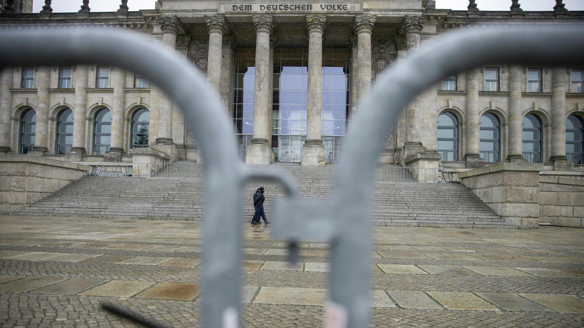 Polizisten vor dem Reichstagsgebäude - SNA, 1920, 10.01.2021