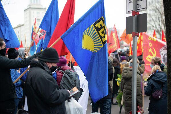 Stein des Anstoßes: Die FDJ-Gruppe zu Beginn der Demonstration. - SNA
