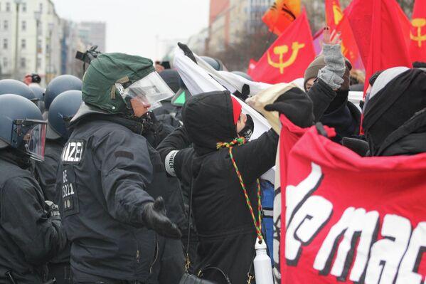 Auslöser für die Zusammenstöße zwischen Demonstranten und Polizei war das Zeigen angeblich verbotener Symbole der Freien Deutschen Jugend (FDJ). - SNA