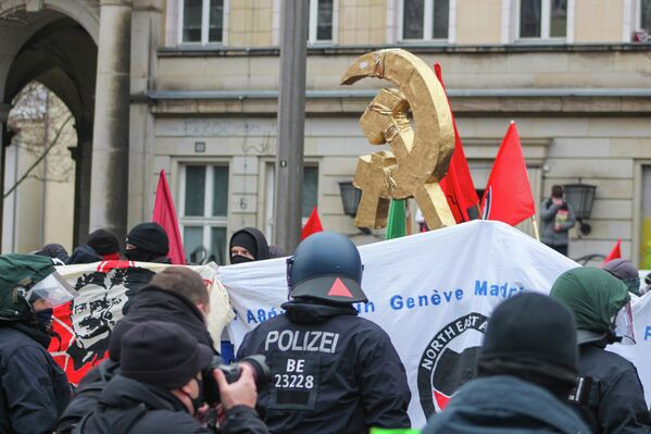 Die Fronten zwischen Polizei und Demonstranten verhärten sich, nachdem die Polizei versuchte, sich Teilnehmern mit FDJ-Symbolen habhaft zu werden. - SNA