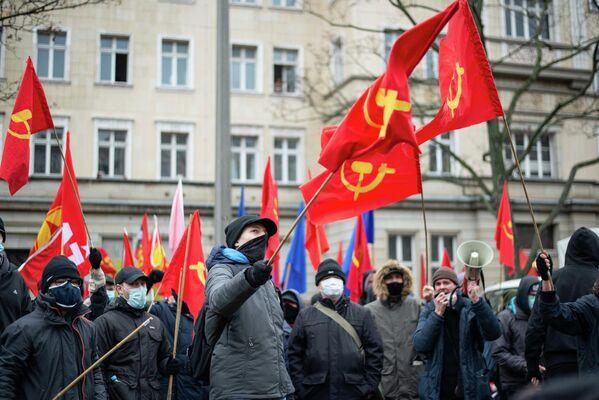 """Die Demonstration zu Ehren Rosa Luxemburgs und Karl Liebknechts (""""LL-Demo"""") ist für die Präsenz linker Symbolik bekannt. - SNA"""