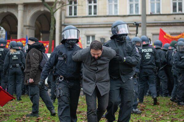 Im Zuge der Auseinandersetzungen wurden weitere Teilnehmer der Demonstration abgeführt - SNA