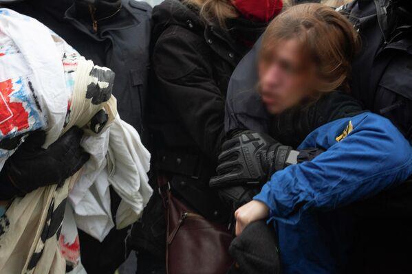 Die Polizei konfiszierte nicht nur die Hemden und Flaggen der FDJ, sondern weitere Transparente der Demonstranten. - SNA