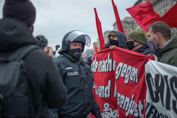 Die Demonstranten versuchten vergeblich, die Teilnehmer der FDJ zu schützen. - SNA