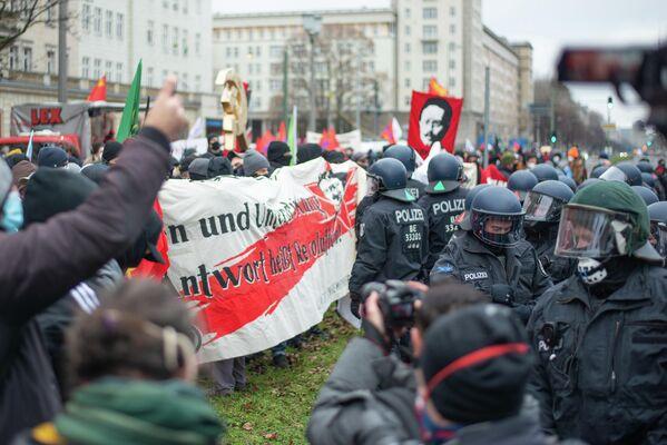 Der hintere Teil der Demonstration formierte sich nach den ersten Eingriffen der Polizei zum Schutz der FDJ-Teilnehmer. - SNA