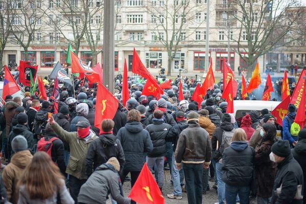 Die Situation blieb über eine Stunde angespannt, immer wieder drangen Polizei-Einheiten in den Teil der Demonstration, in denen sie FDJ-Symbole sahen. - SNA