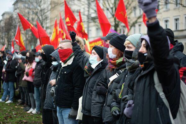 Die Demonstranten zeigten ihre Solidarität mit den Teilnehmern der FDJ und stellten sich der Polizei gegenüber. - SNA
