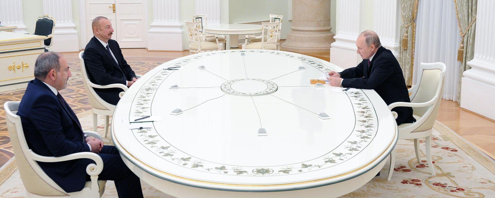 Bergkarabach-Verhandlungen in Moskau. Von l. nach r.: Armeniens Regierungschef Nikol Paschinjan, der aserbaaidschanische Präsidenet Ilcham Alijew und Russlands Staatschef Wladimir Putin. Kreml, 11. Januar 2021 - SNA, 1920, 11.01.2021