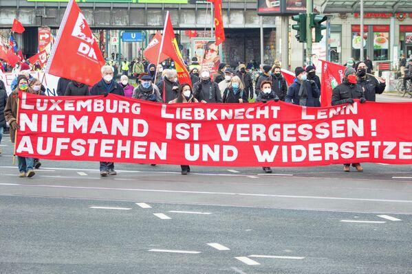 """Das traditionelle Frontbanner der """"LL-Demo"""" erinnert daran, dass bei dieser Demonstration auch der Revolutionär und erste Staatschef der UdSSR, Wladimir Lenin, geehrt wird. - SNA"""
