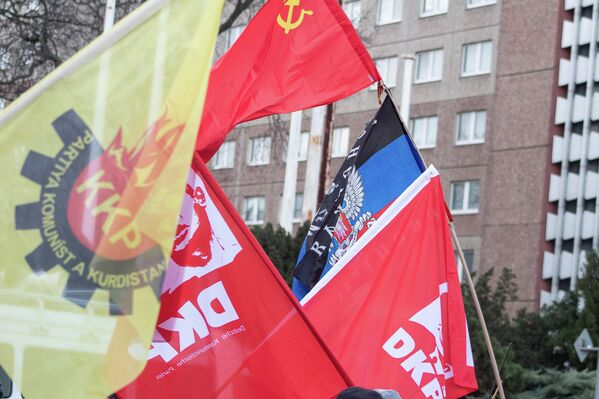 Teilnehmer der Demonstration unterstützten aber auch autonome Republiken wie bspw. die Volksrepublik Donezk. - SNA