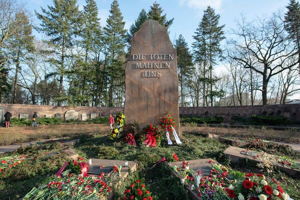 Im inneren Rondell befinden sich neben den Gedenkplatten für Otto Grotewohl, Wilhelm Pieck oder Franz Mehring natürlich auch die für … - SNA