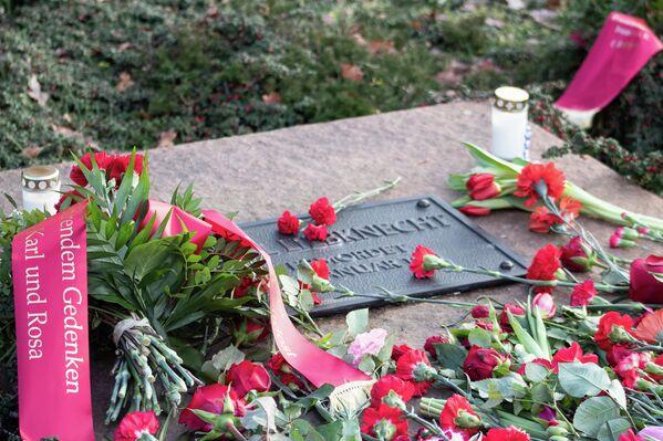…die ermordeten Spartakus-Anführer Karl Liebknecht und … - SNA