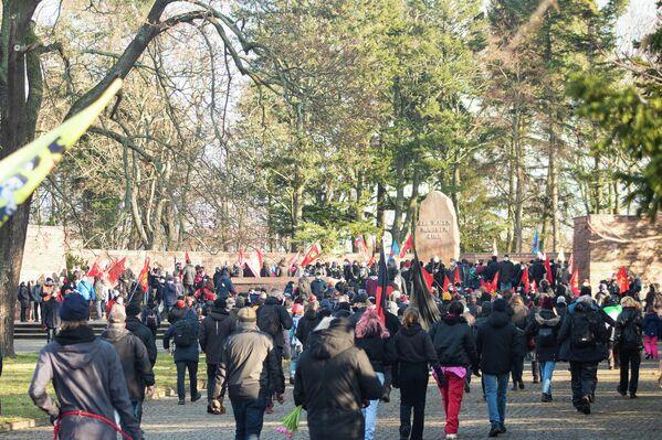 Mit der Ankunft der Demonstration war vorgesehen, dass die Besucher des Rondells möglichst in einem Rundgang an den Gedenkplatten vorbeilaufen und wieder gehen, um den Mindestabstand zu gewährleisten. - SNA