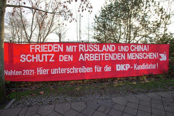Vor der Gedenkstätte versuchte die Deutsche Kommunistische Partei (DKP), Stimmen für die anstehenden Landtags- und Bundestagswahlen zu gewinnen. - SNA