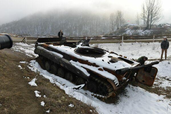 Zerstörter armenischer Panzer im Latschin-Korridor - SNA
