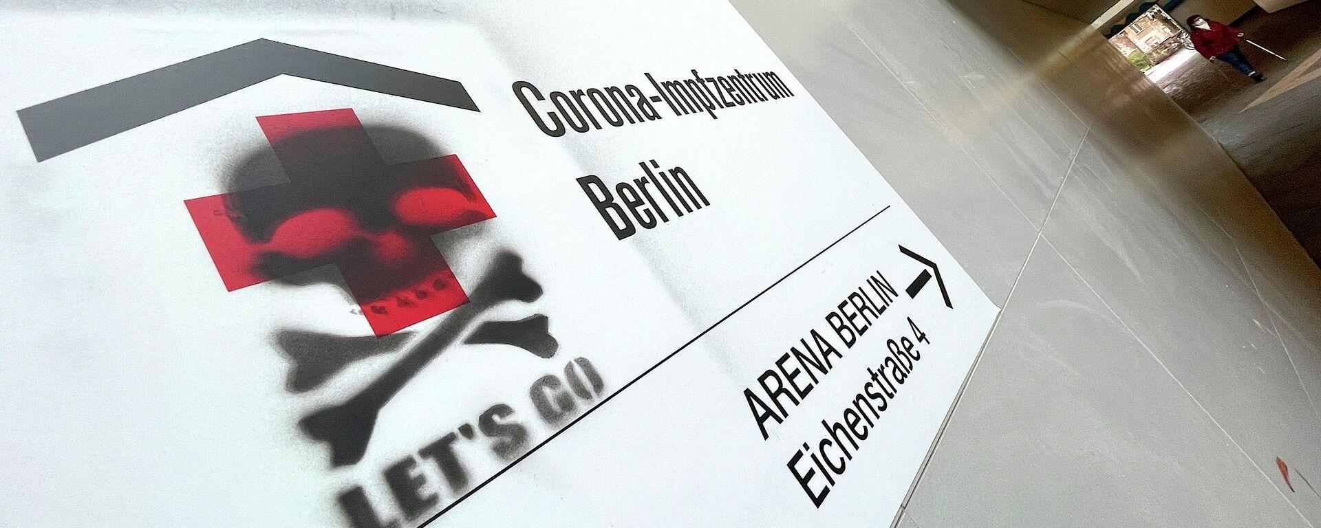 Schild an der Wand eines Impfzentrums in Berlin wird von Unbekannten geschädigt - SNA, 1920, 14.01.2021