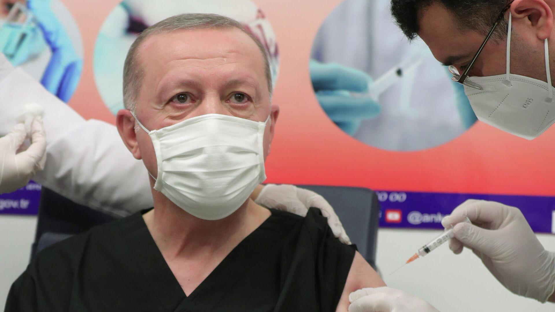 Der türkische Präsident Tayyip Erdogan mit dem Corona-Impfstoff CoronaVac geimpft  - SNA, 1920, 14.01.2021