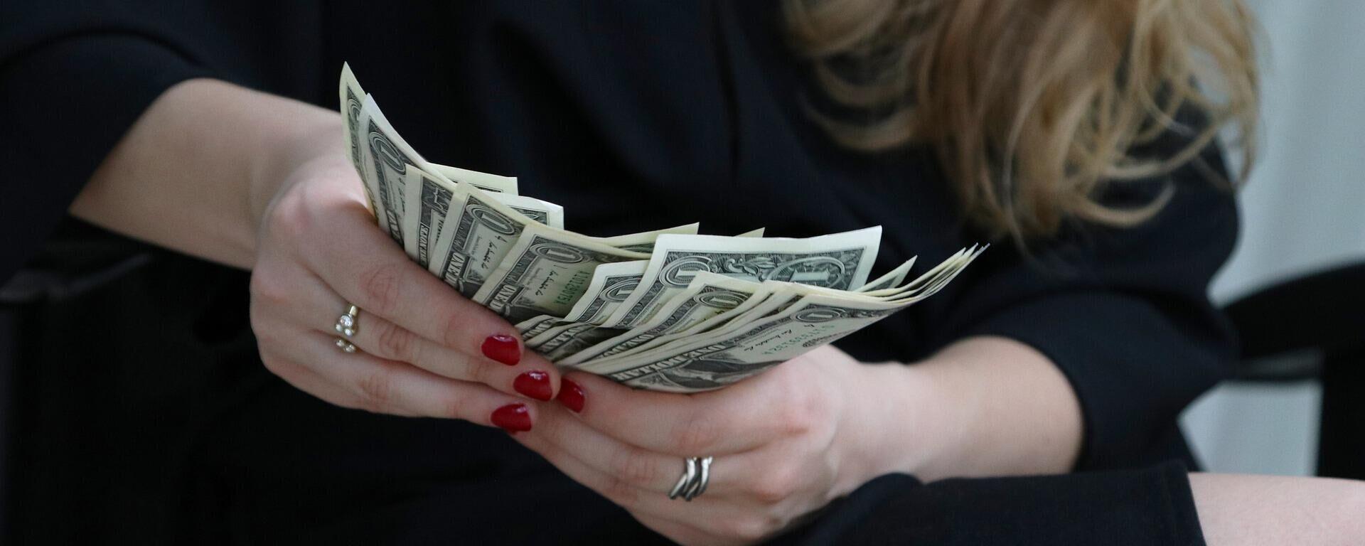 Eine Frau mit Dollar-Banknoten (Symbolbild) - SNA, 1920, 25.02.2021