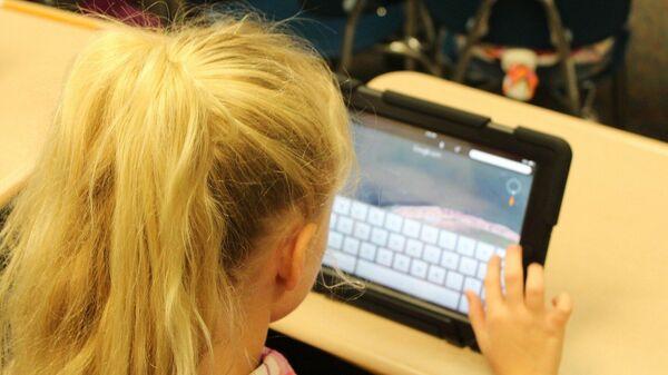 Mädchen mit einem Tablett (Symbolbild) - SNA