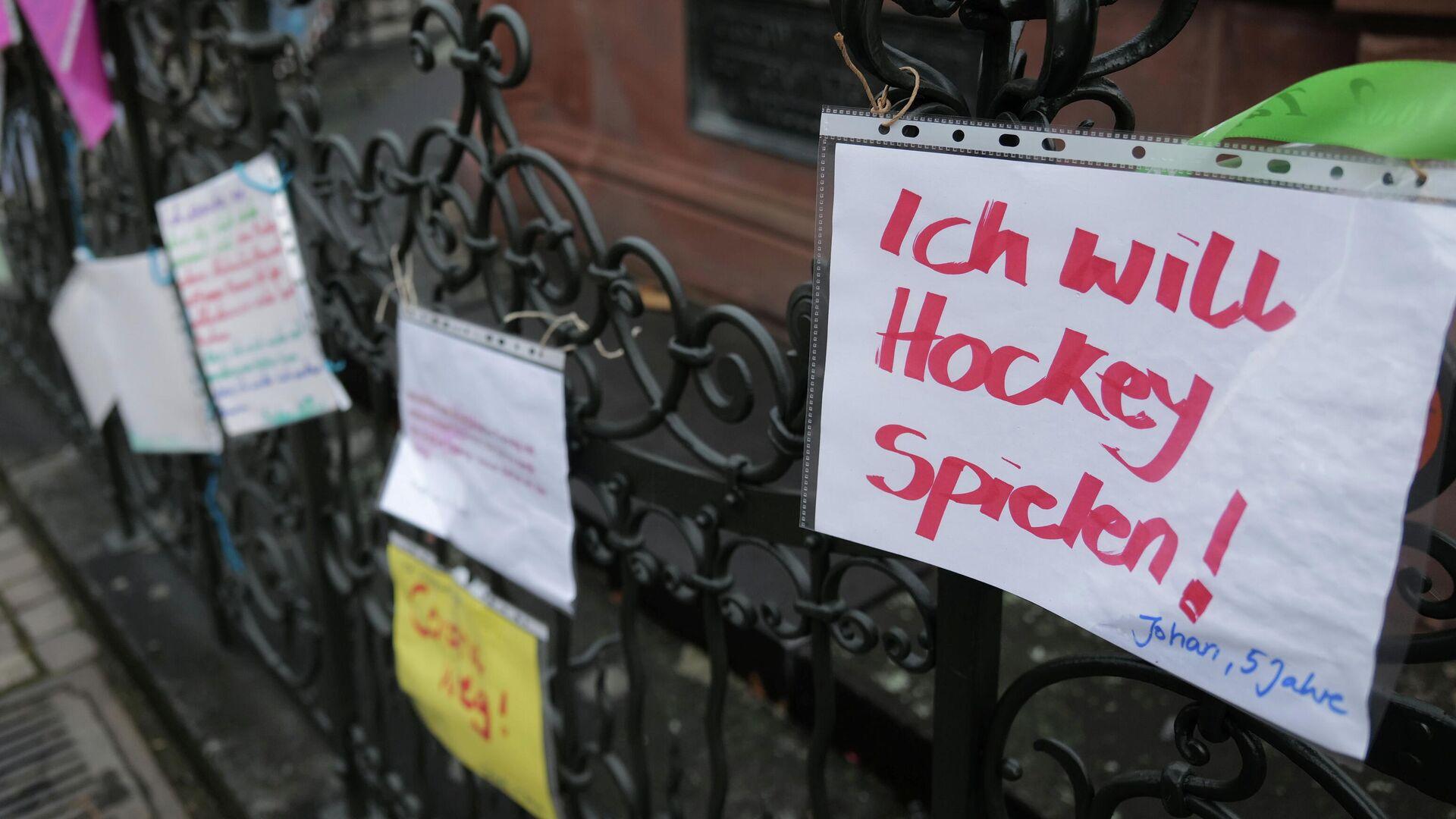 Kinderbriefe an einem Zaun im Frankfurter Viertel Römerberg - SNA, 1920, 22.01.2021