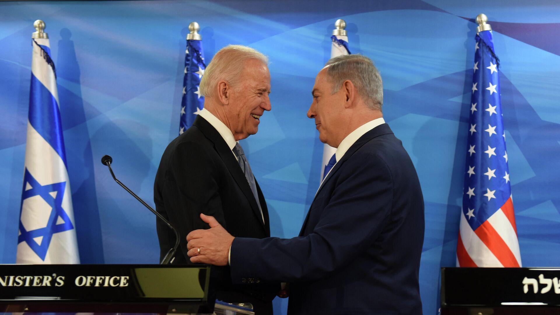 US-Vizepräsident Joe Biden und der israelische Premierminister Benjamin Netanyahu geben sich am 9. März 2016 im Büro des Premierministers in Jerusalem die Hand, während sie gemeinsame Erklärungen abgeben Besuch.  - SNA, 1920, 22.01.2021