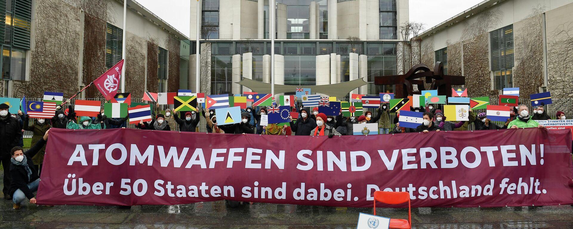 ICAN-Aktivesten protestieren gegen Atomwaffen vor dem Kanzleramt in Berlin, 22. Januar 2021 - SNA, 1920, 22.01.2021