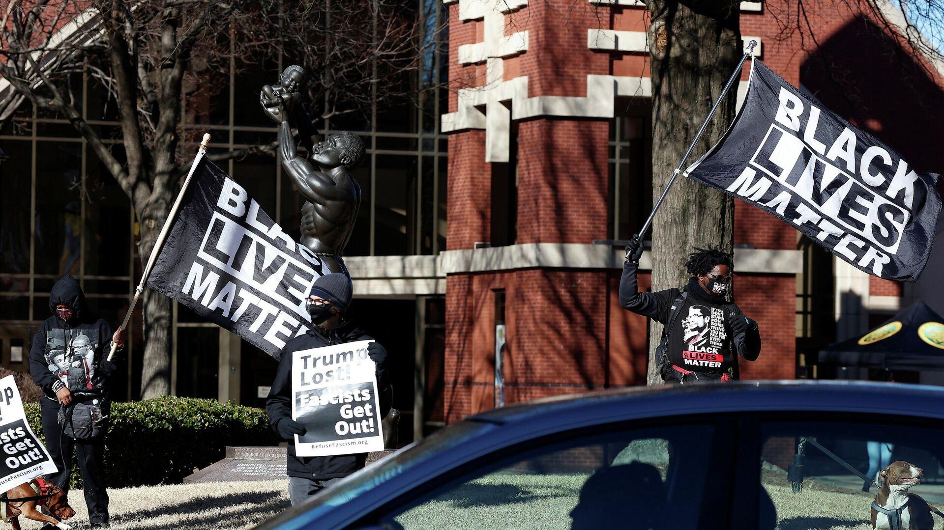 Demonstranten von Black Lives Matter stehen vor der Ebenezer Baptist Church in Atlanta, USA, am 18. Januar 2021  - SNA, 1920, 30.01.2021