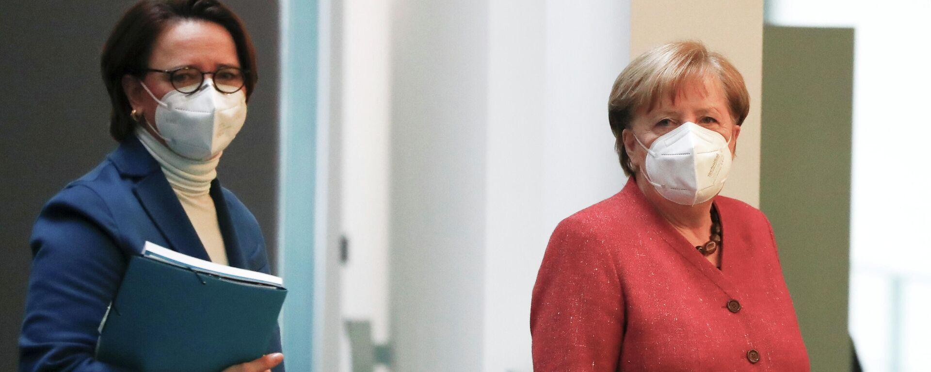 Bundeskanzlerin Angela Merkel (R.) und Integrationsbeauftragte der Bundesregierung Annette Widmann-Mauz - SNA, 1920, 23.02.2021