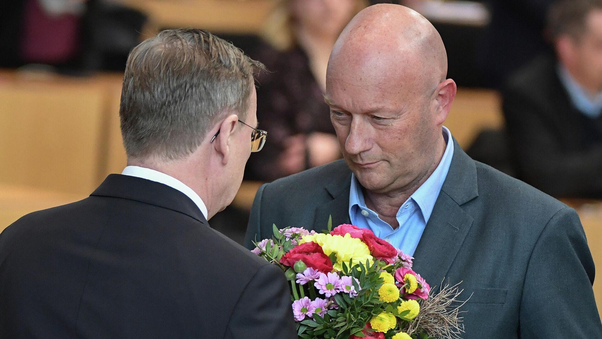 Der zum Thüringer Ministerpräsidenten frisch gewählte Linkspolitiker Bodo Ramelow bekomment Blumen von Thomas Kemmerich (FDP) in Erfurt am 4. März 2020. - SNA, 1920, 05.02.2021