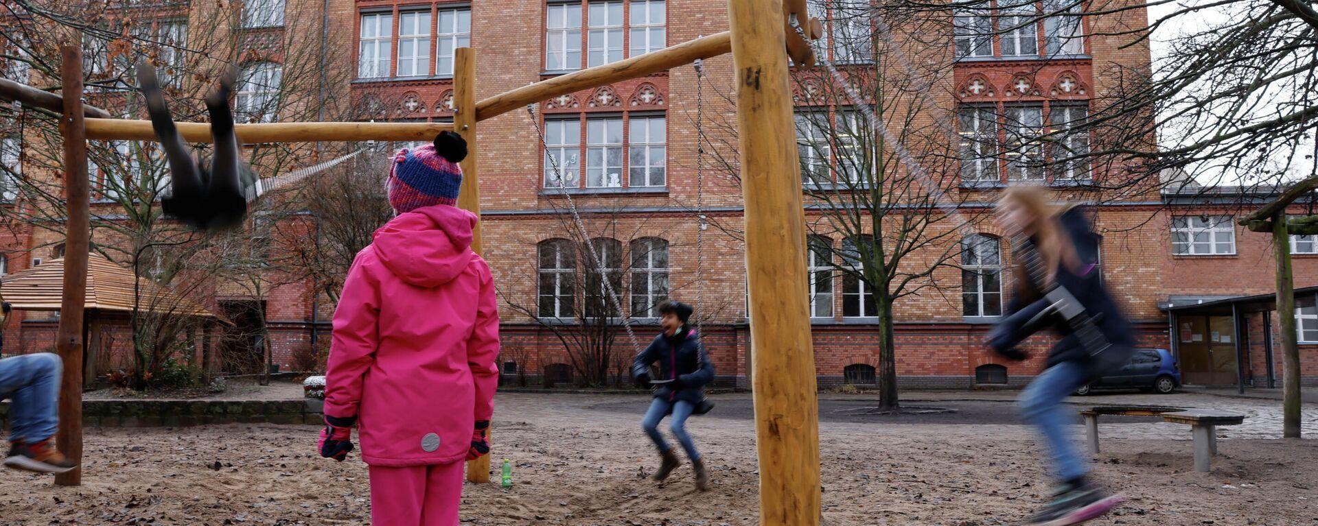 Kinder spielen im Hof einer Berliner Grundschule - SNA, 1920, 20.02.2021