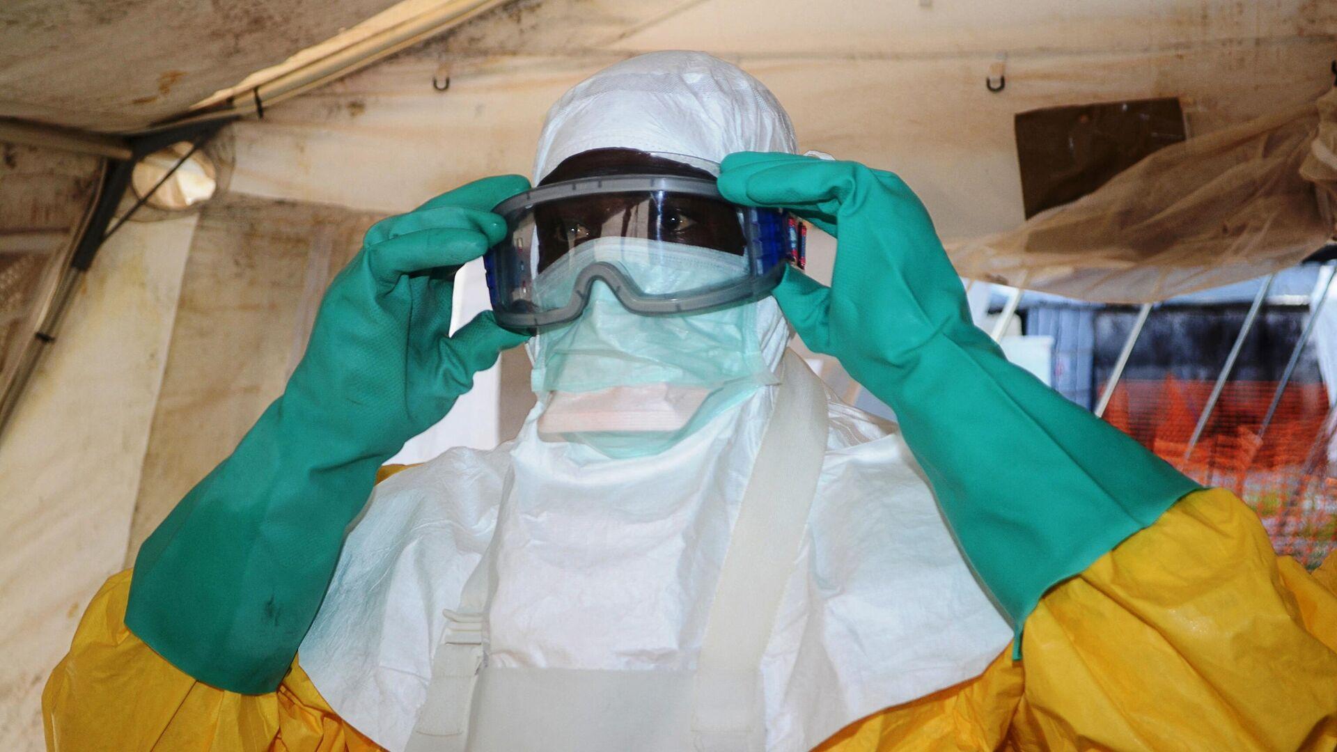 """Ein Mitglied der Organisation """"Ärzte ohne Grenzen (MSF) in einem Krankenhauses in Conakry, wo mit dem Ebola-Virus infizierte Menschen behandelt wurden (Archivbild) - SNA, 1920, 14.02.2021"""