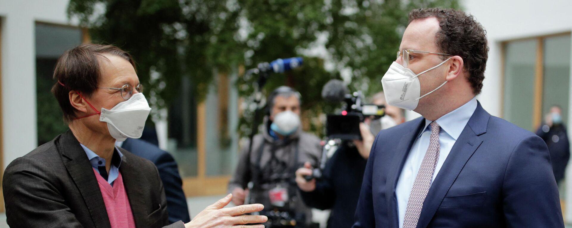 Bundesgesundheitsminister Jens Spahn spricht mit dem SPD-Politiker und Professor für Gesundheitsökonomie und Epidemiologie Karl Lauterbach vor einer Pressekonferenz zur Situation der Coronavirus-Pandemie in Deutschland in Berlin, den 29. Januar 2021. - SNA, 1920, 15.02.2021