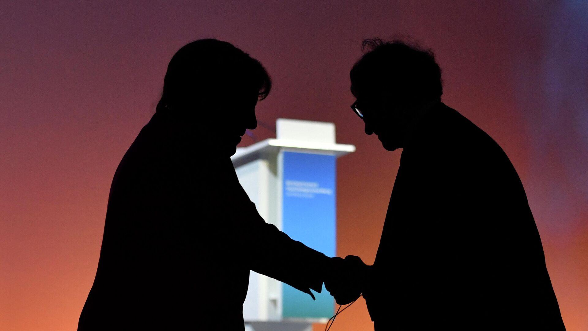 Bundeskanzlerin Angela Merkel gibt Bill Gates, dem Microsoft-Gründer und Inhaber der Bill & Melinda Gates Foundation, nach ihrer Rede auf dem Weltgesundheitsgipfel in Berlin am 16. Oktober 2018 die Hand. - SNA, 1920, 15.02.2021