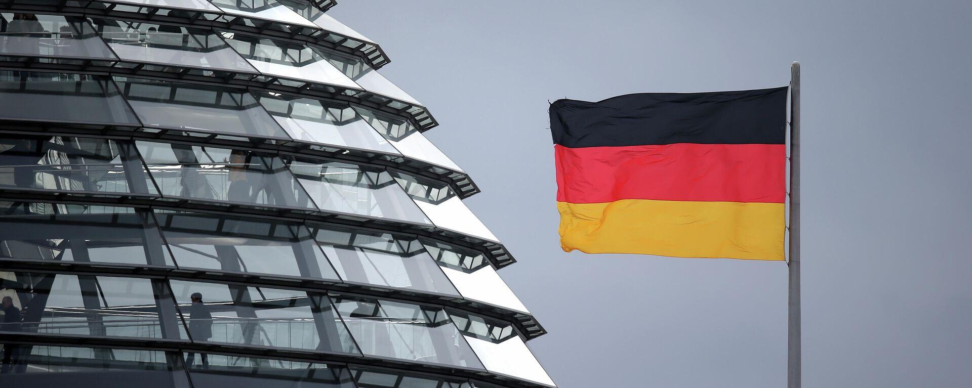 Eine deutsche Flagge weht neben der Kuppel des Reichstagsgebäudes in Berlin, Feb. 12, 2020 - SNA, 1920, 15.02.2021