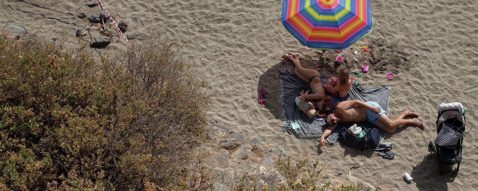 Die Menschen am Strand der Kanarischen Insel Teneriffa, Spanien, 1. März 2020.  - SNA, 1920, 16.02.2021