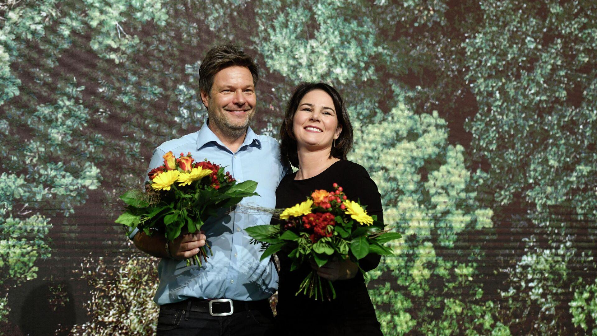 Annalena Baerbock und Robert Habeck feiern nach ihrer Wiederwahl als Parteichefs der Grünen, den 16. November 2019.  - SNA, 1920, 17.02.2021