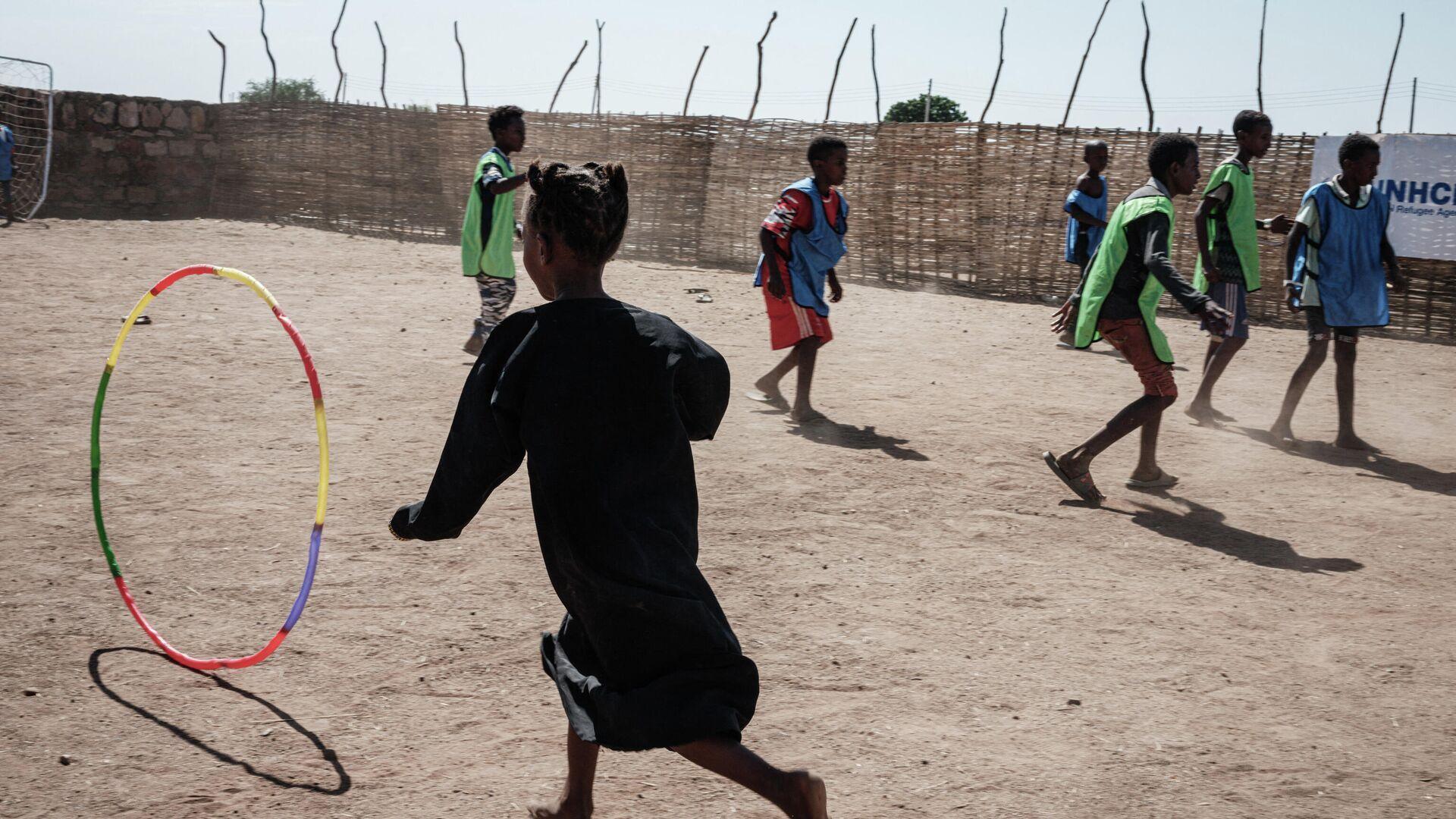 """Spielplatz im Flüchtlingslager Um Raquba im Ostsudan, das von der Organisation """"Save the Children"""" errichtet wurde. Dort fanden bislang viele infolge des Tigray-Konflikts in Äthiopíen geflüchtete Menschen Zuflucht.  - SNA, 1920, 18.02.2021"""