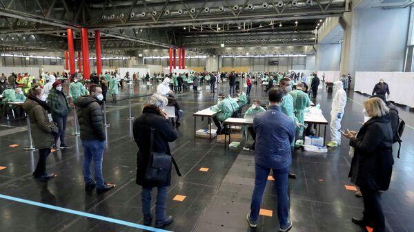 Menschen warten in Wien auf Covid-19-Testung (Archiv) - SNA