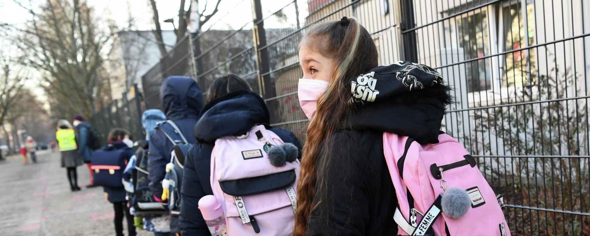 Kinder vor einer Berliner Grundschule, 22. Februar 2021 - SNA, 1920, 22.02.2021