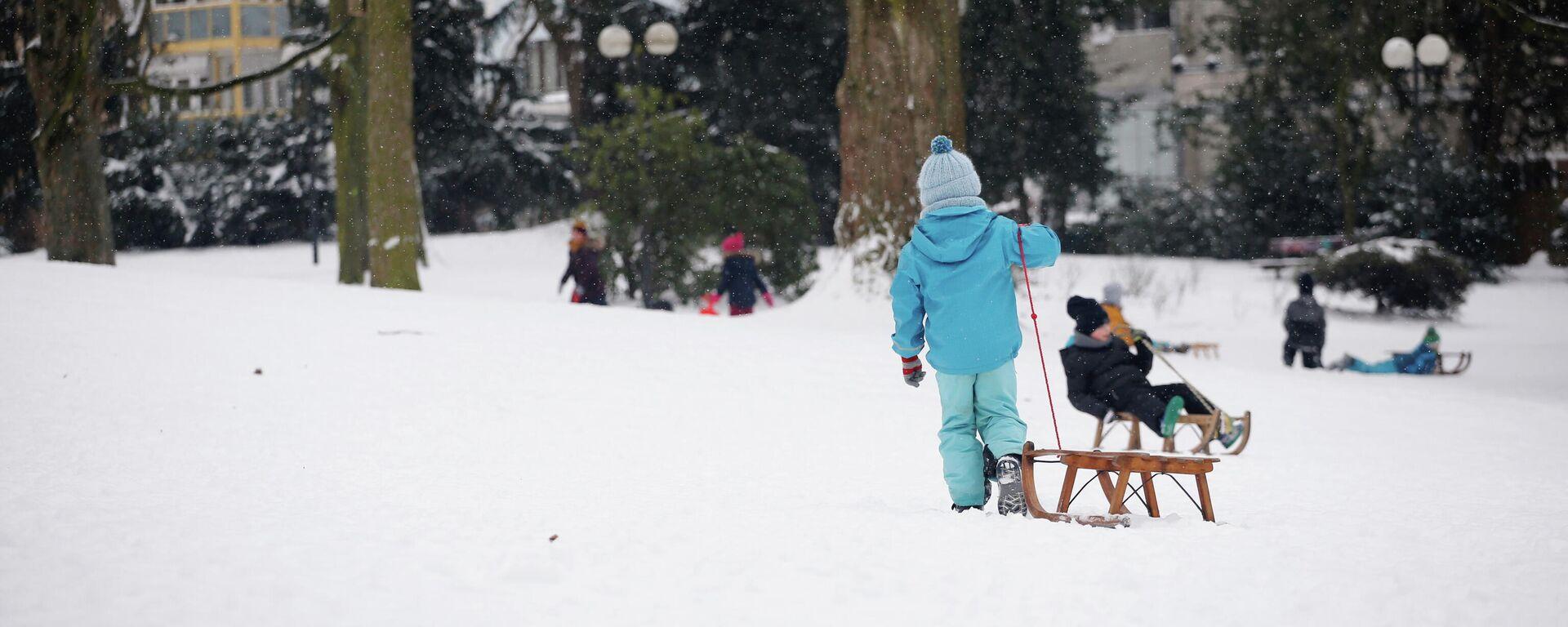 Kleinkinder spielen im Dortmunder Park nach dem Schneefall - SNA, 1920, 03.03.2021